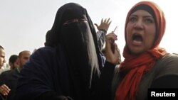 مواجهة بين محتجات مصريات