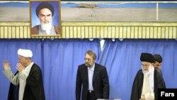آیتالله هاشمی رفسنجانی (چپ) و آیتالله خامنهای (راست) به همراه علی لاریجانی و محمود احمدینژاد