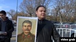 Bishkekda Stalinga haykal o'rnatmoqchi bo'lgan yosh kommunistlardan biri.