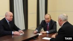 Президент России Владимир Путин и директор РИСИ Михаил Фрадков (слева)