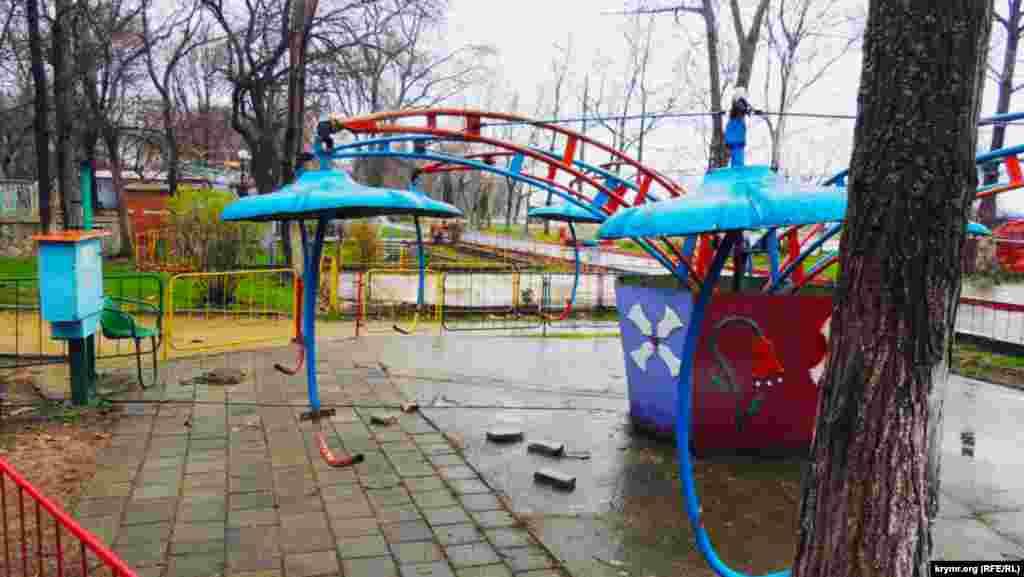 Деякі атракціонизазнають не тільки корозії, але і набігів місцевих вандалів.З дитячої каруселі невідомі зняли сидіння