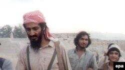 بر اساس گزارش منابع خبرى، اسامه بن لادن از چندين همسر خود ۱۹ فرزند دارد. وى پس از اينكه در اواخر دهه ۱۹۹۰ از سودان اخراج شد، حداقل يكى از همسران خود را با چند تن از فرزندانش به افغانستان برد.