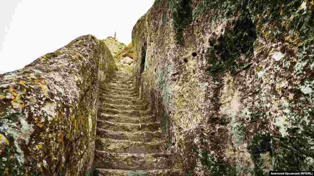 Эти ступеньки на скале ведут к действующему Свято-Климентовскому пещерному монастырю