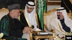 Saud Arabystanynyň patyşasy Abdullah bin Abdulaziz Al Saud (sagda) Owganystanyň prezidenti Hamid Karzaý bilen Riýadda, 2010-njy ýylyň 3-nji fewraly.