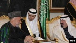 """Ооган президенти Хамид Карзай Сауд Арапстандын борборунда падыша Абдалла менен жолугуп, """"Талибанды"""" сүйлөшүүлөргө көндүрүп берүүнү өтүндү. 3-февраль 2010-жыл."""