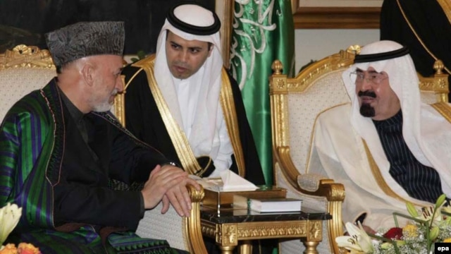 Saudi King Abdullah bin Abdulaziz Al Saud (right) meeting with Afghan President Hamid Karzai (left) at King Khalid airport in Riyadh in 2010.