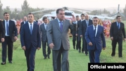 В центре - президент Таджикистана Эмомали Рахмон.