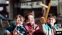Children playing with toy guns in Sarajevo in 1996