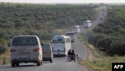Колона автобусів і автомобілів «швидкої допомоги», що перевозять поранених із сирійських Забадані і Мадаї, прямує до північного міста Ідліб, 21 квітня 2016 року