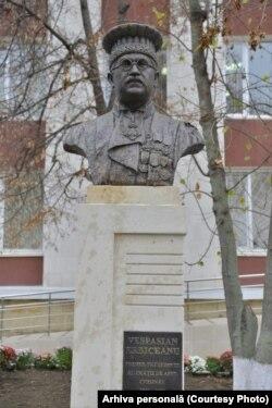 Monumentul lui Vespasian Erbiceanu din fața Curții de Apel