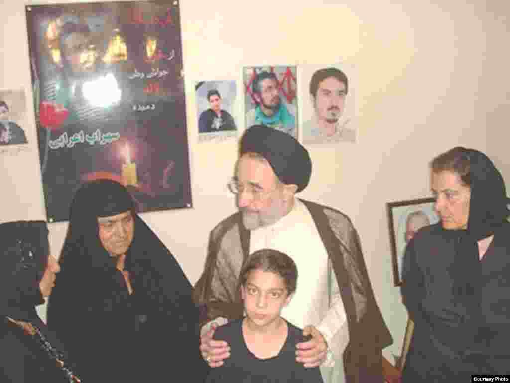 مادران سهراب اعرابی، کیانوش آسا و اشکان سهرابی در دیدار با محمد خاتمی