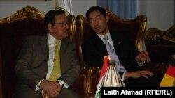 على اليسار هو وزير التجارة العراقي خير الله بابكر وعلى اليمين وزير التجارة الالماني فليب روسلر