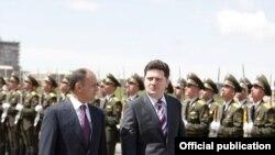 Министры обороны Армении и Грузии Сейран Оганян (слева) и Бачо Ахалая, Ереван, 18 апреля 2011 г.