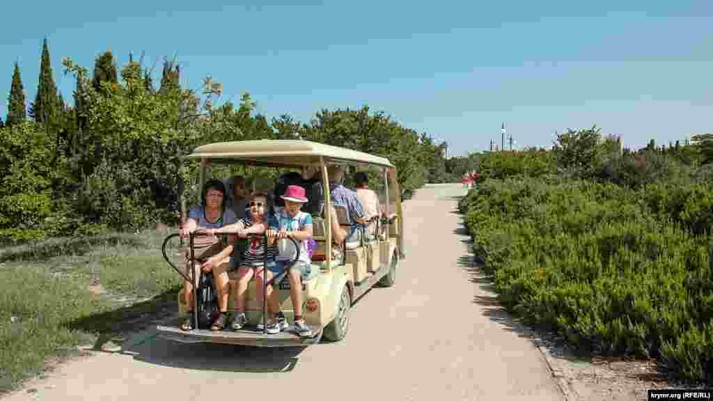 Электромобили возят туристов через парк Победы: за 700 метров дороги надо заплатить 40 рублей (15 грн)