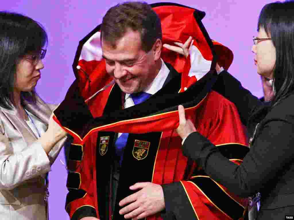 Сеул - Медведев ја прима почесната титула доктор по право