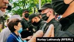 Пришедшие на протест и сотрудники спецподразделения полиции в Алматы. 6 июня 2020 года.
