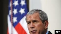 جرج بوش به تازگی در دیدار با نخست وزير هند، به او اطمينان داده بود که دولت آمريکا تمامی سعی خود را به عمل می آورد تا پيمان همکاری اتمی دو کشور به زودی به تصويب برسد.(عکس: AFP)