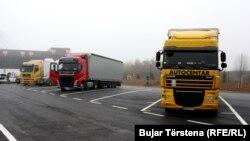 Disa kamionë të ardhur nga Serbia të parkuar në pikëkalimin kufitar ndërmjet Kosovës dhe Serbisë, në Merdare.