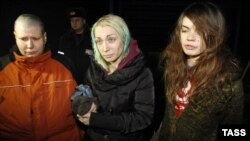 Оксана Шачко (у), Инна Шевченко, Александра Немчинова (с) Ельск шәһәрендә журналистлар белән сөйләшә