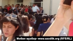 Акция протеста возле здания медколледжа имени П.Ф. Боровского. Ташкент, 8 августа 2017 года.