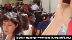 Borovskiy kolleji oldidagi norozilar (Surat 8 avgust kuni olingan)