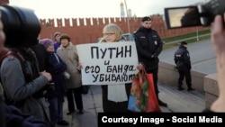 Громадська активістка Ірина Калмикова у Москві біля стін Кремля (архівне фото)
