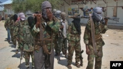 """Члены группировки """"Аш-Шабаб"""" маршируют по улицам столицы Сомали, Могадишо"""