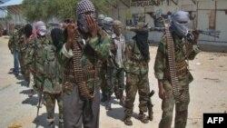 """Боевики группы """"Аль-Шабаб"""" на одной из улиц сомалийской столицы. Могадишо, 5 марта 2012 года."""