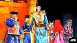 Бао Хишун (дар байн) баландқоматтарин сокини Чин буда, қадаш 2.36 метр аст
