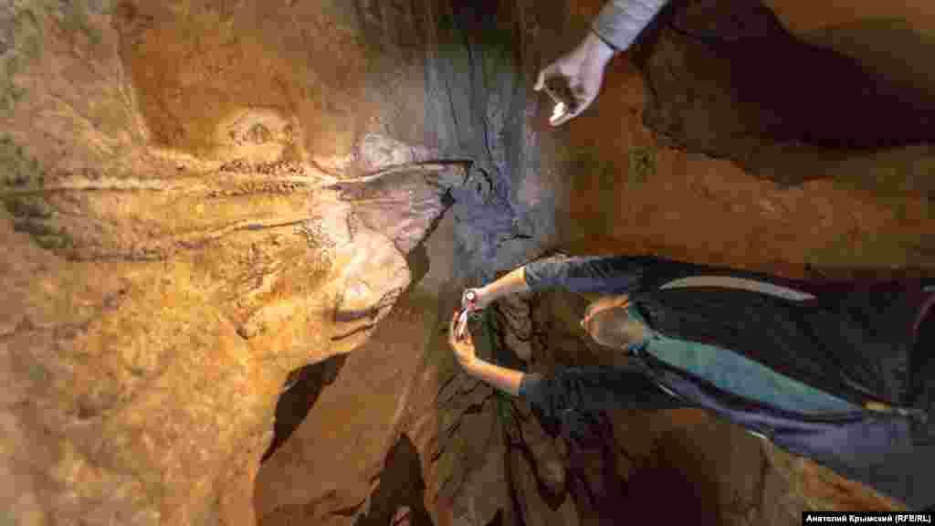 Наиболее популярные из них находятся в карстовых полостях плато Ай-Петри, Чатыр-Даг, Караби, Субаткан. В отрогах последнего, выше села Перевальное начинается самая большая в Крыму и третья по длине (25 километров) в Европе пещера Кизил-Коба (Красная пещера). Корреспондент Крым.Реалии отправился на прогулку по трем пещерам и запечатлел их на фото