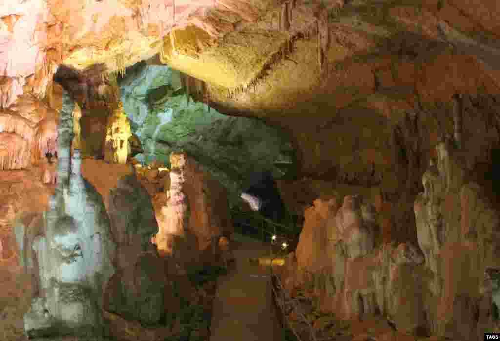 Найбільший екскурсійний зал – «Обвальнаий». Його протяжність становить чверть кілометра. Він виник у результаті підземного кам'яного обвалу понад мільйон років тому