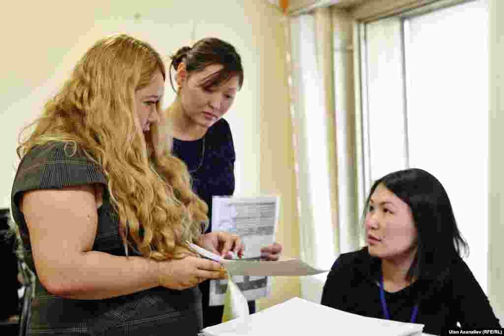 Молодая женщина из Кыргызстана нашла работу в одном из офисов.