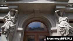 Здание Крымского академического русского драматического театра в Симферополе