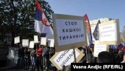 Protest pristalica Srpske radikalne stranke i haškog optuženika Vojislava Šešelja nakon oslobađanja hrvatskih generala, Beograd, 17. novembar 2012.