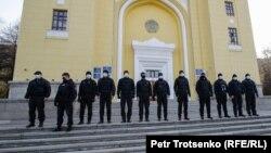 Полиция қызметкерлері. Алматы, 31 қазан, 2020.