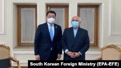 چوی جونگ کُن معاون وزیر خارجه کوریای جنوبی (چپ) با جواد ظریف وزیر خارجه ایران