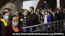 Пасажири київського метро по-різному дотримуються маскового режиму