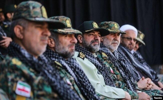 حسن کرمی (نفر چهارم از سمت چپ) در کنار احمدرضا رادان، فرمانده مرکز مطالعات راهبردی ناجا (نفر سوم) در تجمع یگانهای ویژه، ۴ مهر ۹۷