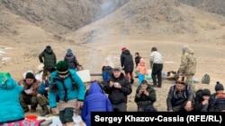 После молебна у тагылов – общая трапеза на склоне холма. Пьют чай и едят оставшееся мясо заколотой для подношения духам овцы
