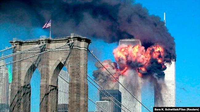 Drugi toranj u plamenu nako što se u njega zabio oteti avion 11. septembra