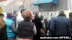 Очередь у закрытого продовольственного магазина, Ашхабад, февраль, 2020