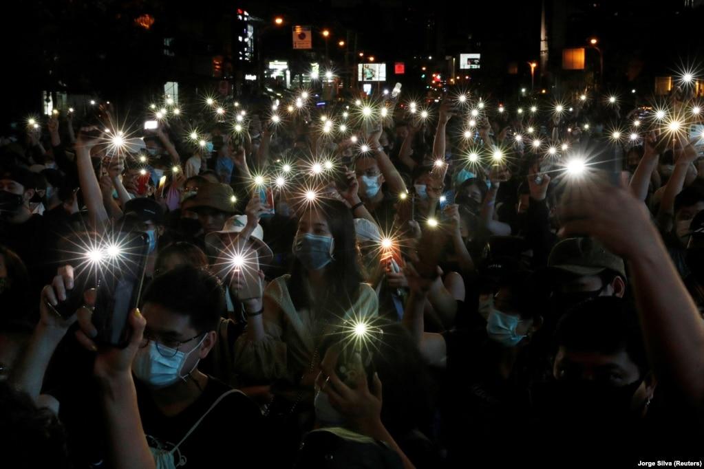 Під час антиурядового протесту 18 жовтня, ввечері, активісти увімкнули ліхтарики на смартфонах