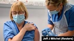 Имунизация с ваксината срещу COVID-19 на Pfizer и BioNTechвъв Великобритания, където тя вече е одобрена за употреба