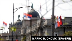Zastave Srbije istaknute pored zgrade Vlade Srbije, Beograd 15. septembar 2021.