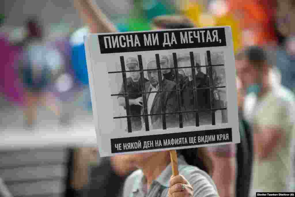 """""""Писна ми да мечтая, че някой ден на мафията ще видим края"""", пише на плакат на протестираща в Пловдив."""
