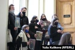 Студенты Санкт-Петербургской академии художеств у входа в зал выставки