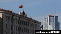 Сьцяг на будынку Менскага абласнога выканаўчага камітэту
