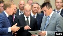 Владимир Миклушевский (справа) на встрече с президентом России Владимиром Путиным (в центре)