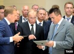 Дмитрий Шумков (слева), Владимир Путин в Дальневосточном университете