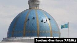 Рабочие моют купол резиденции президента Казахстана в Астане. Июнь 2016 года.